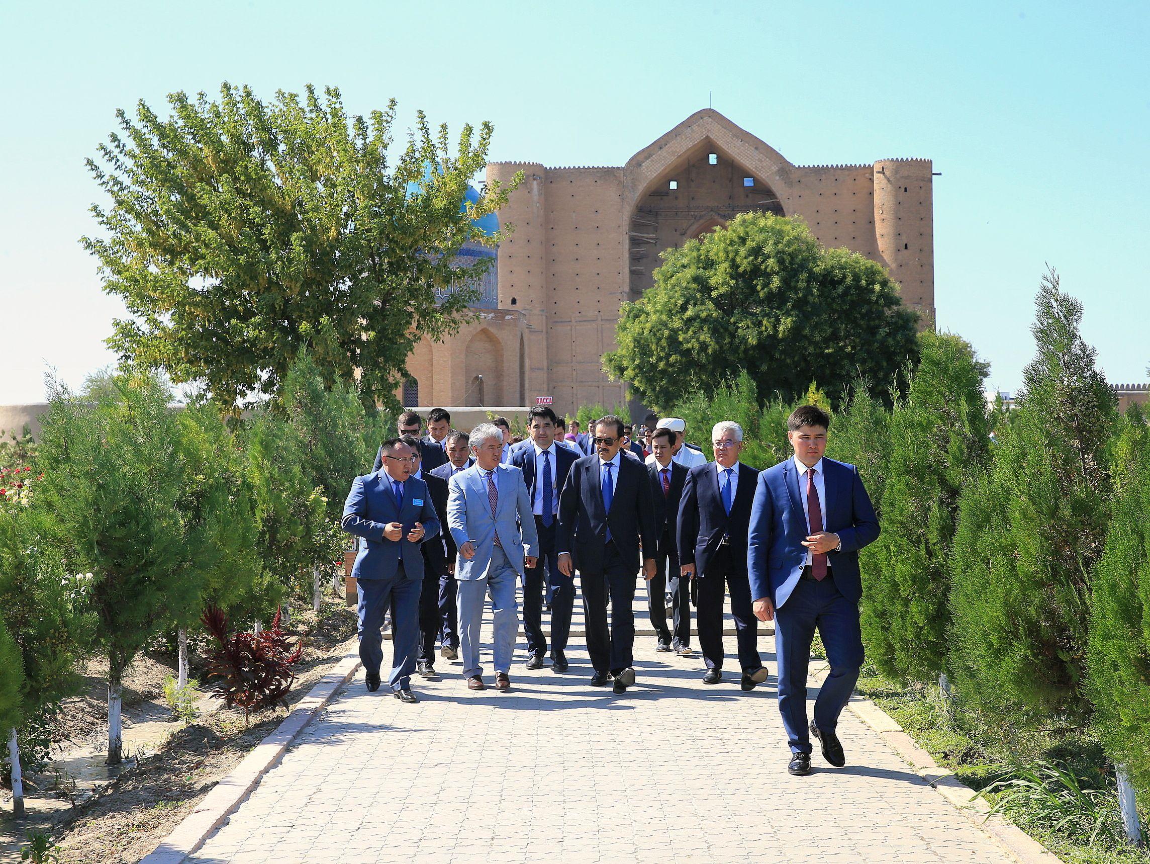 Карим Масимов оценил потенциал туристической отрасли Туркестана. Сейчас в ЮКО активно реализуют новый проект по развитию туризма с центром в Туркестане. Премьер-министр РК ознакомился с состоянием историко-культурных достопримечательностей. Туркестан считается культурной столицей Казахстана – в прошлом году регион посетили более миллиона туристов.
