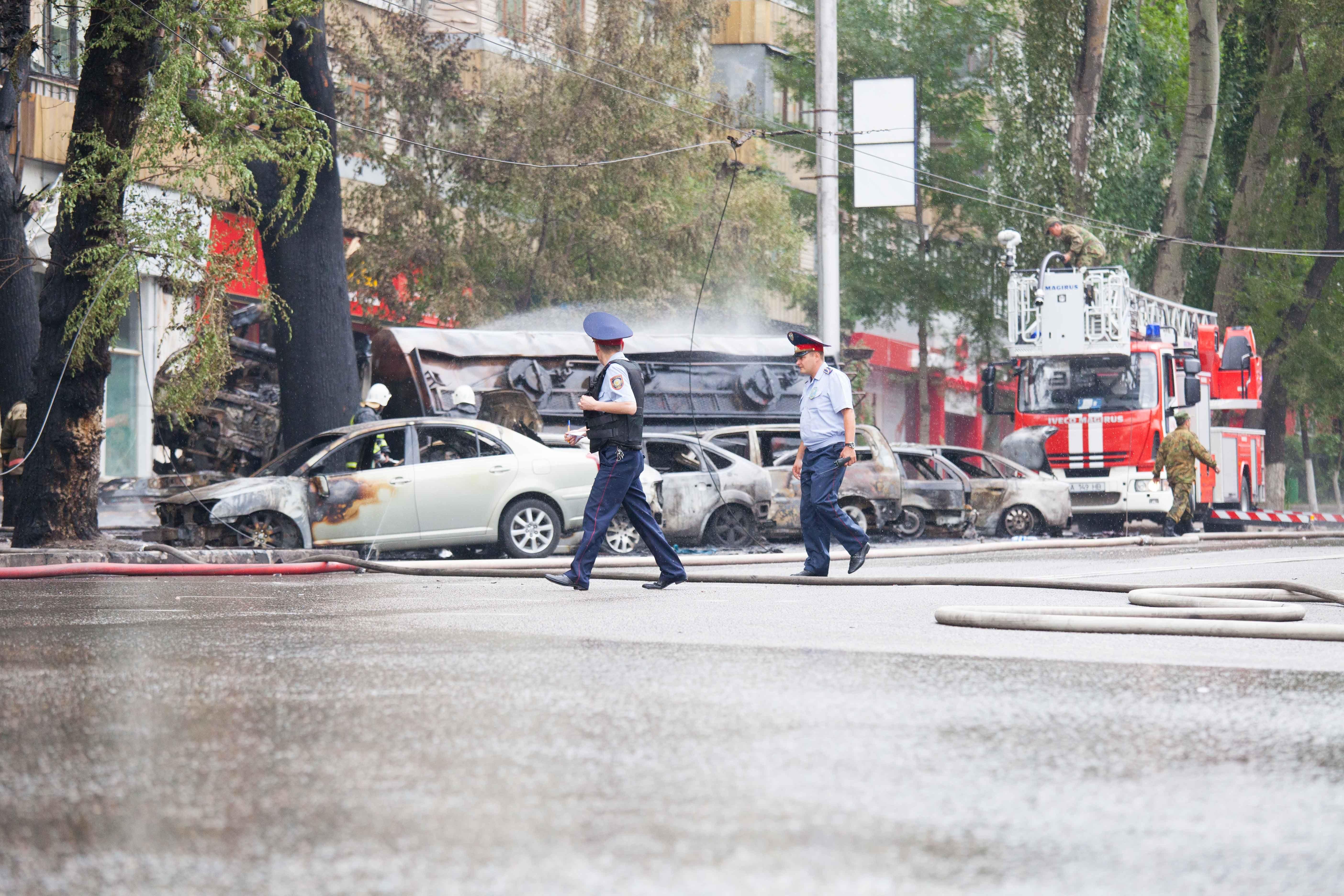 В результате взрыва, по уточненным данным, сгорели 14 автомашин.