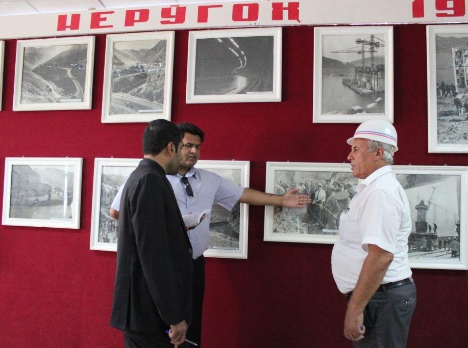 Уголок истории. На фото, на которое указывает переводчик, запечатлен Леонид Ильич Брежнев во время визита на строящуюся ГЭС в 1970 году.