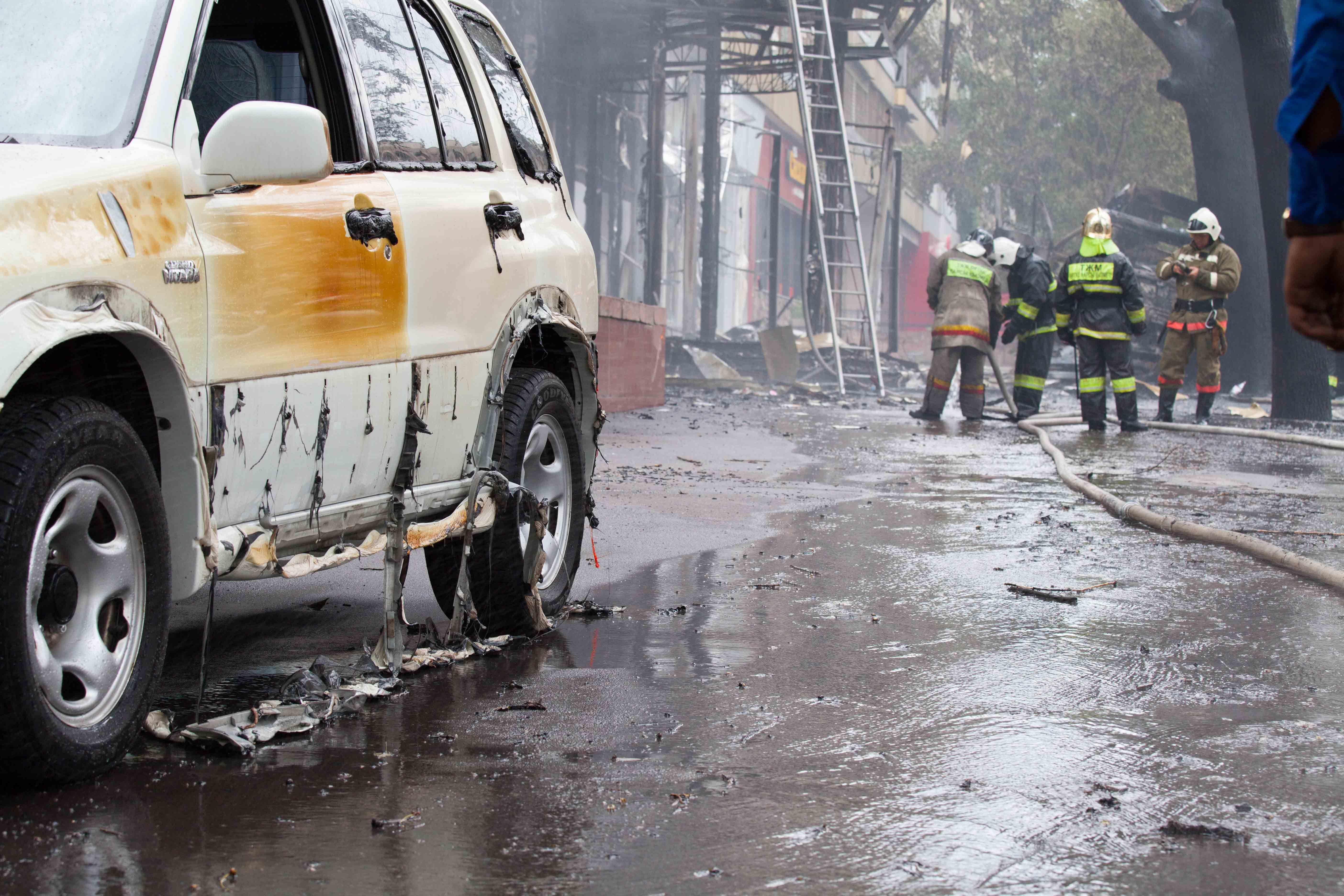 Ранее сообщалось о том, что повреждены 12 автомобилей. Сгоревшие машины отправлены на городскую стоянку, будет проведена следственная экспертиза.