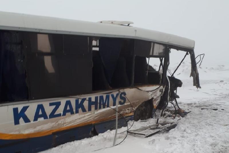 Внедорожник врезался в автобус с шахтёрами в Сатпаеве  - Kapital.kz
