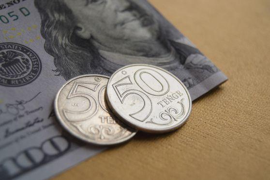 За сутки доллар подорожал почти на 1 тенге
