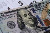 Средневзвешенный курс доллара на KASE - 414,13 тенге