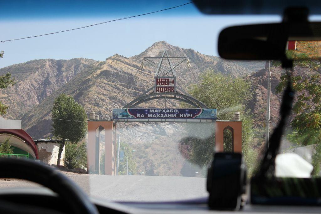 Въезд на территорию Нурекской ГЭС (Таджикистан)